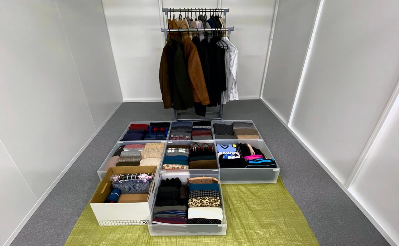 ケースとラックに収納した衣類