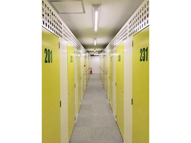 「キーピット越谷」トランクルームの通路と扉イメージ