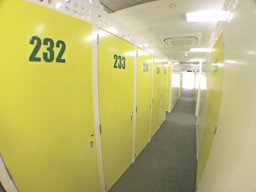 「キーピット江東木場」トランクルームの通路や扉(内観)