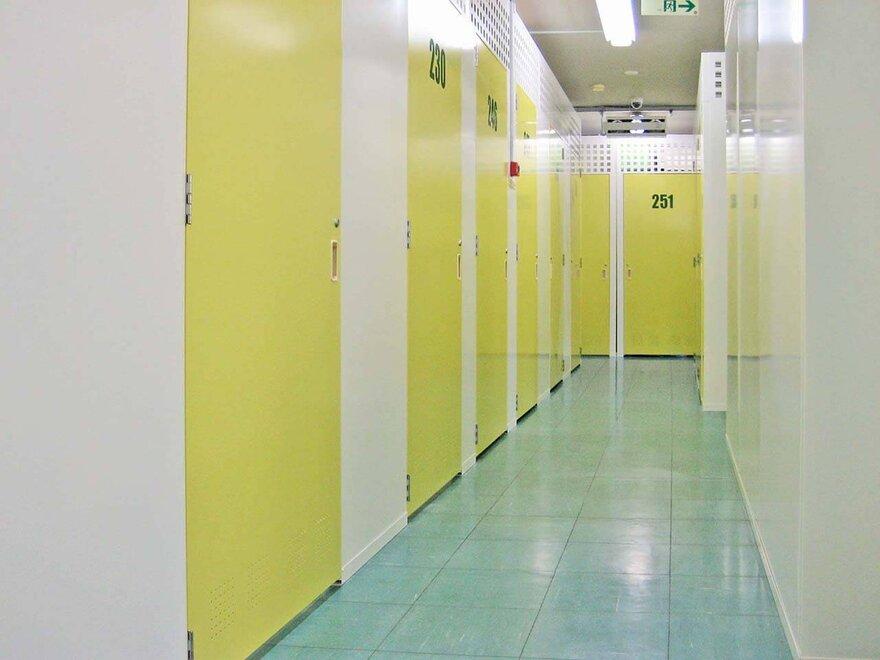 「キーピット南与野」トランクルーム の通路や各部屋の扉