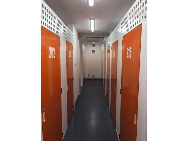 「キーピット竹ノ塚」トランクルーム通路や扉の内観